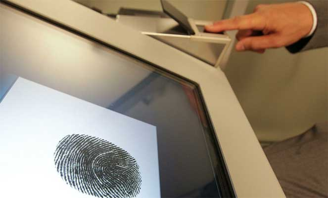Как снимают отпечатки пальцев для оформления загранпаспорта